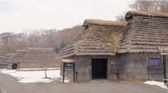 復元されたカヤ葺きの家屋