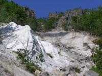 黒曜石溶岩の断面露頭