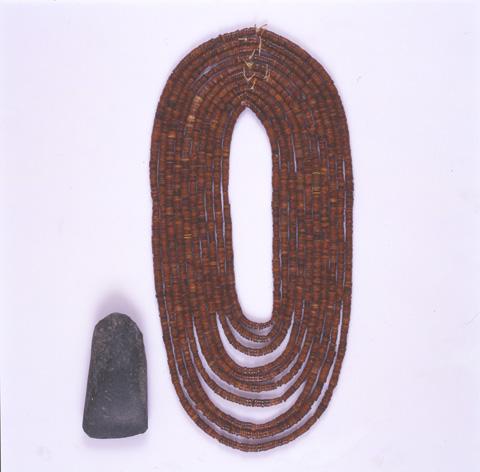 滝里安井遺跡:コハク首飾り
