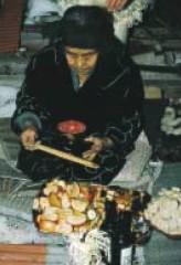 先祖供養する女性