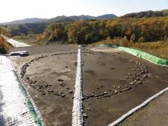2011年、高速道路開通前の環状列石の全景