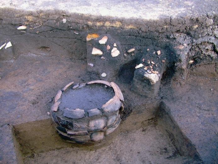 鷲ノ木遺跡:埋設土器(発掘調査時)