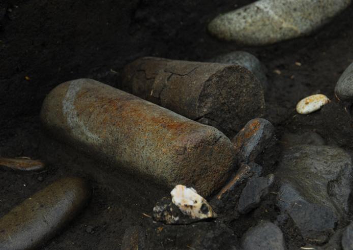 垣ノ島遺跡:盛土遺構削平部小丘地点の石棒出土状況
