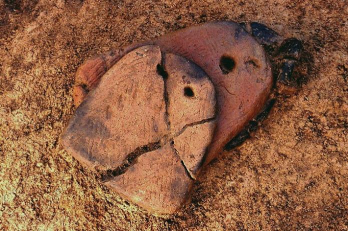 垣ノ島遺跡:早期後半足形付土版出土状況