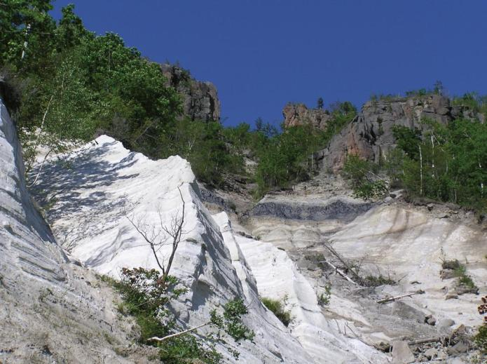 黒曜石溶岩の断面露頭(十勝石沢)