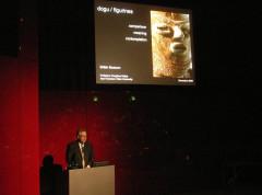 大英博物館でカックウの研究発表をする海外の研究者
