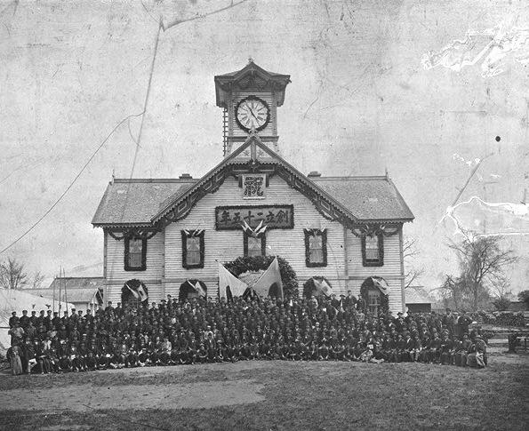 札幌農学校創基25年記念式典に際し教職員、学生、卒業生、来賓一同(演武場前)